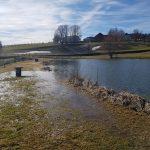 Das Wasser am Angelteich steigt über das Ufer.